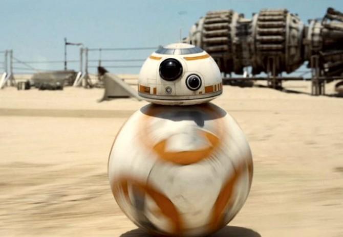 BB-8이 사막 행성의 모래 벌판 위를 달리고 있다. 구형의 하체는 회전하는 반면, 머리는 상단부에 고정된 듯 움직이지 않는 것이 특징이다. - 영화